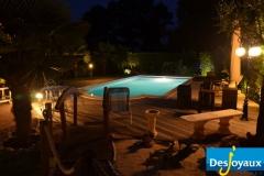 Уличный бассейн в ночное время